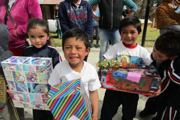 Empresa altruista y JAPEM hacen felices a niños pobres